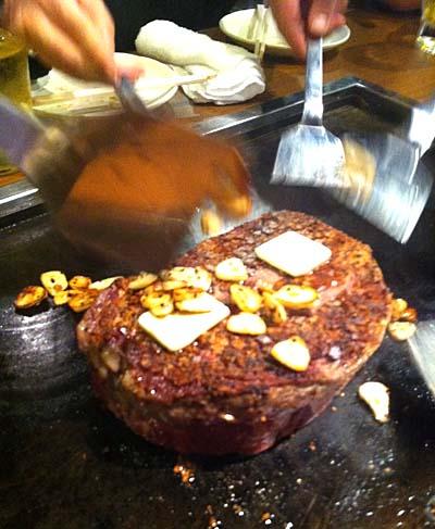 肉の上にバターとニンニク